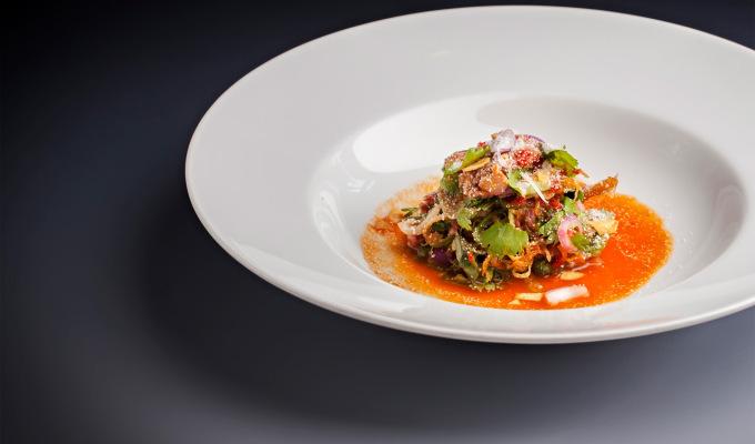 Rare hovězí salát, pečená rýže a thajské bylinky : Paul Day : Sansho