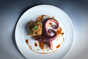 Grilovaná chobotnice s cizrnovým pyré a Datterino rajčaty : Miroslav Grusz : Aromi