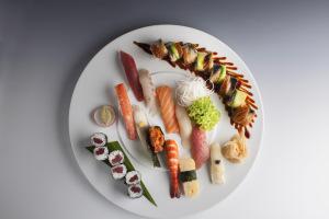 Sushi set – nigiri, hosomaki, Dragon roll : Noritada Saito : KOISHI – fish & sushi restaurant