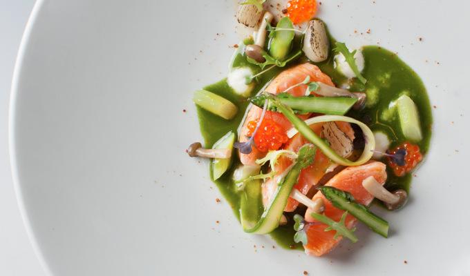 LOSOS & KAVIÁR – miso karamel, šťáva z mladé kopřivy, chřest, shimeji, marinované cibulky : Petr Fučík : KOISHI fish & sushi restaurant