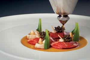 Ústřice gillardeau se syrovým hovězím masem, želírovaná esence, piniové oříšky a sardelovo-cibulový krém : Sven Elverfeld