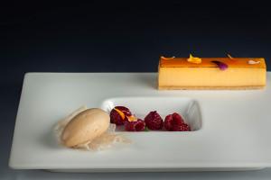 Citronový koláč, lékořicová zmrzlina, písek z bílé čokolády, pošírované maliny : Marco Pilloni & Petr  Kunc