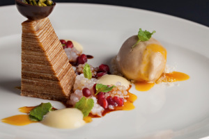 STEPHEN SENEWIRATNE: Pikantní dort s tamarindovou zmrzlinou a tapiokovými perlami