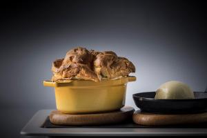 Dýňové soufflé s tasmánským černým pepřem, mátou a rumovou zmrzlinou Miroslav Grusz : Lichfield : Rocco Forte Augustine Hotel