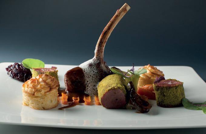 Grilovaná kotletka a svíčková sous-vide při 60° v pistáciovém prachu, podávaná s bramborovým suflé, smrži, cibulovou marmeládou a zvěřinovým jus : Lukáš Čížek