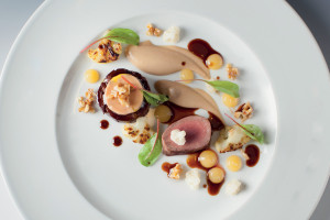 SRNČÍ & FOIE GRAS TORCHON, květák, kdoulové pyré, vlašské ořechy, srnčí jus s čokoládou : Petr Fučík