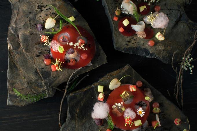 Ceviche z pražmy, vodní meloun, zelené jahody, bezový květ