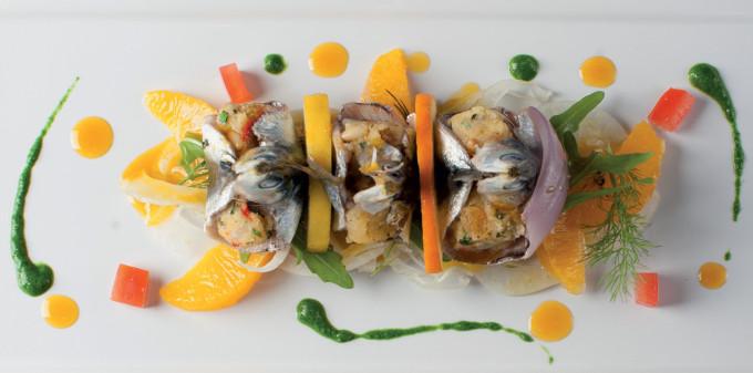 Sardinky beccafi co s rozinkami, piniovými oříšky a sýrem caciocavallo, salát z červených pomerančů a fenyklu : Sebastiano Spriveri
